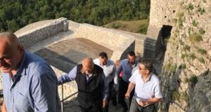 Bivši predsjednik Republike Hrvatske Stjepan Mesić i gradonačelnik Tuzle Jasmin Imamović posjetili tvrđavu u Srebreniku